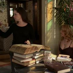 Piper freezes Phoebe (possessed by Mata Hari's karma).
