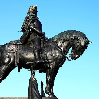 An equestrian statue of Matthias Corvinus (which appears to have inspired his in-game model)
