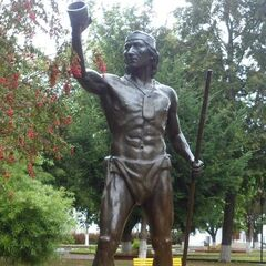 A statue of Lautaro (which appears to have inspired his in-game model)