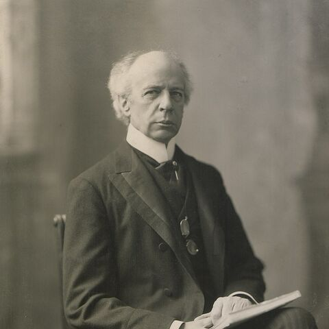 A 1906 photograph of Wilfrid Laurier (which appears to have inspired his in-game model)