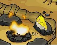L8tr Skater disfrazado de peluche, mientras mira el fuego