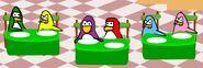 Pinguinos de distintos Colores esperando sentados de 2, su Pizza