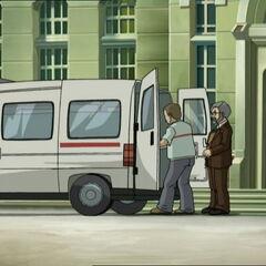 Сиси бива пребачена у кола хитне помоћи.