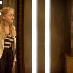 Лора у соби са скенерима.