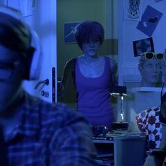 Џереми ради са Лором када их Аелита види.