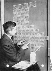 220px-Bundesarchiv Bild 102-00104, Inflation, Tapezieren mit Geldscheinen