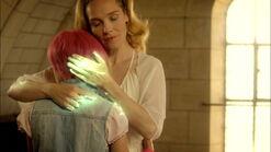 XANA-Anthea abrazando a Aelita