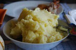 640px-Mound of mashed potatoes-8995