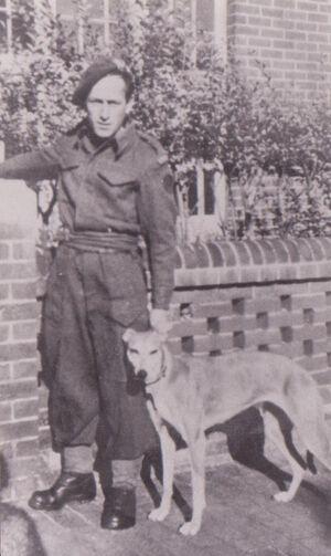 LE FLOCH avec la mascotte Diane en 1943 (négatif à la maison)