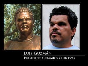 3x08-Luis Guzman statue
