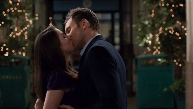 1x25 Jeff and Annie outside7