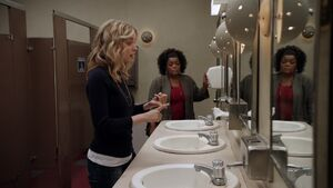 1x06-Britta Shirley Bathroom