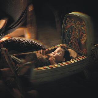 Brincanubes curioseando al bebe Hipo