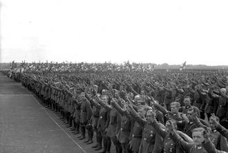 Немцы приветствуют вождя