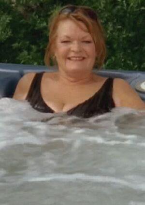 S06E06-Emma tub long