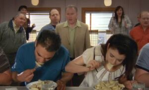 S06E01-Lacey eats