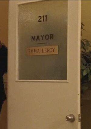 S04E19-Emma Mayor door long