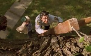 S02E03-Davis climbs tree