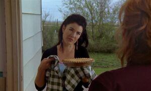 S03E01-Lacey w pie