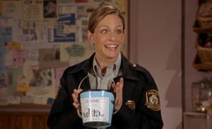 S04E06-Karen bucket