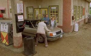 S02E01-Leroys around car