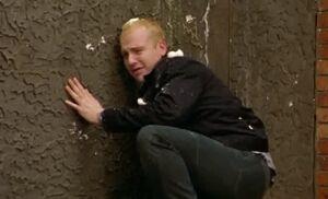 S04E02-Chris egged