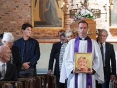 Robert attends Deirdre's funeral (1)