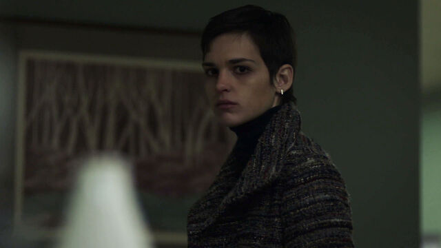 File:Sara-Serraiocco-as-Baldwin-something's-not-right-Starz-Counterpart-Season-1-Episode-1-The-Crossing.jpg
