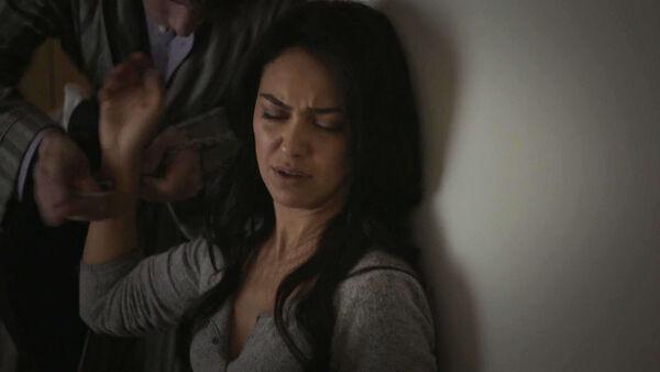 Nazanin-Boniadi-Harry-Lloyd-Peter-Quayle-removes-Clare-handcuff-Counterpart-STARZ-Season-1-Episode-9-No-Mans-Land