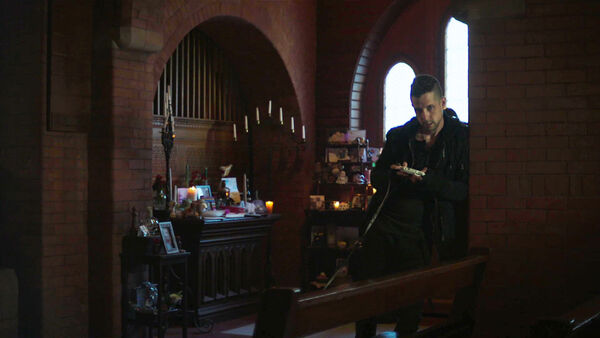Writer-Creator-Justin-Marks-as-Popes-Dog-Walker-Counterpart-Starz-Season-1-Episode-2-Birds-of-a-Feather
