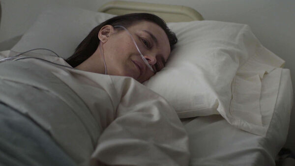 Olivia-Williams-D1-Emily-wakes-up-Counterpart-Season-1-Episode-10-No-Mans-Land