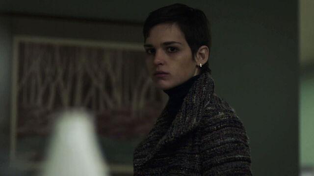 File:Sara-Serraiocco-as-Baldwin-something's-not-right-Starz-Counterpart-Season-1-Episode-1-The-Crossing.jpg