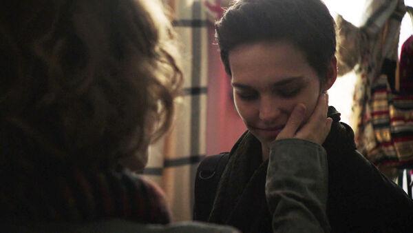 Sara-Serraiocco-Liv-Lisa-Fries-touchesf-Baldwin-cheek-Counterpart-STARZ-Season-1-Episode-9-No-Mans-Land