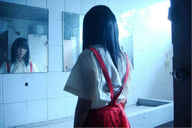 Hanako-San Przed Lustrem