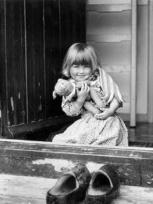 Bambini - bambina alla finestra. felicita. orsachiotto imagefull