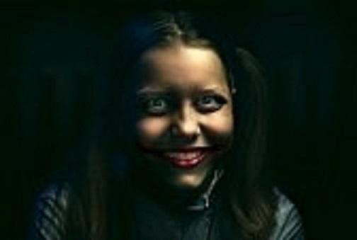 31116534-clown-teen-girl-con-un-sorriso-sinistro