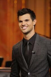 Taylor Lautner traje gris
