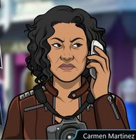 Carmen seria hablando por telefono