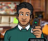 Gabriel Sosteniendo una grabadora de voz5