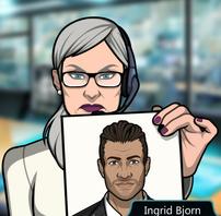 Ingrid sosteniendo una foto
