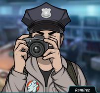 Ramirez Sosteniendo una cámara