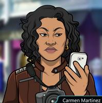 Carmen sosteniendo su celular