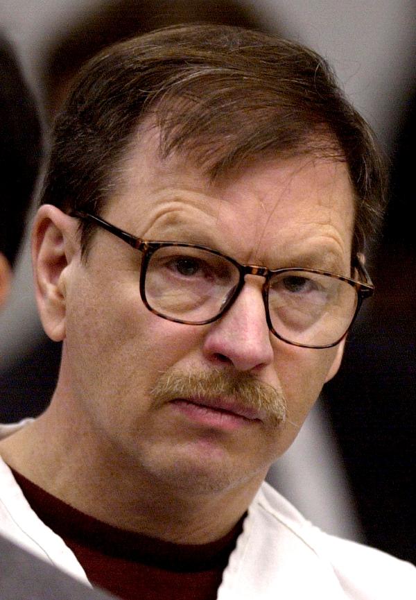 gary leon ridgeway Gary leon ridgway, (d18 şubat 1949) green river katili olarak bilinen abd'li seri katil başlangıçta 48 ayrı cinayetten mahkumiyetine karar verilmiş,sonrasında kendisi bu sayının neredeyse iki katı civarında cinayet işlediğini itiraf etmiştir.
