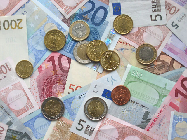 File:Euro coins and banknotes.jpg
