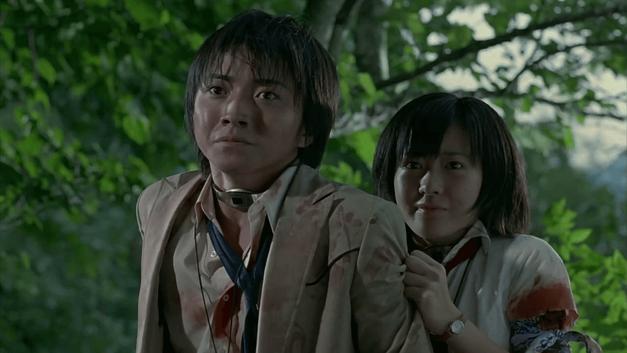 Shuya and Noriko trying to stay alive