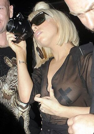 Lady-gaga-shows-off-breasts.0.0.0x0.400x565