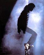 Michael-Jackson-moonwalk-9352583-500-623