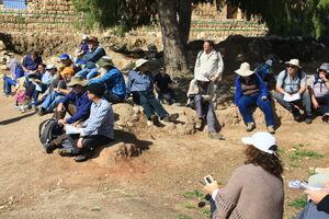 המשתתפים לרגלי הקרקע בצבע אדמדם, שרוד לשריפת לבני הבוץ בעת החרבת האתר