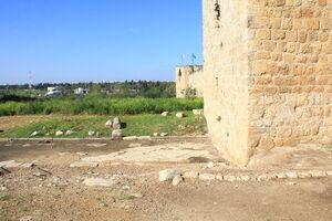 מגדל עותמני מעל הקארדו הרומאי
