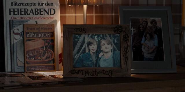 File:Dark 1x01 - Nielsen brothers mothers day 1986.jpg